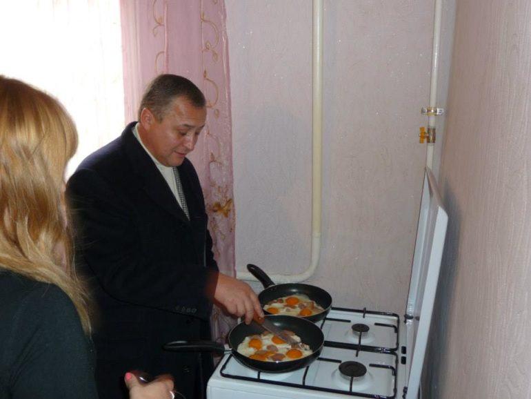 Нардеп Геннадій Бобов смажить яйця фото