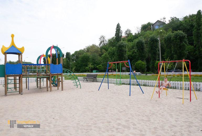 Фото дитячого майданчика на пляжі «Казбетський»