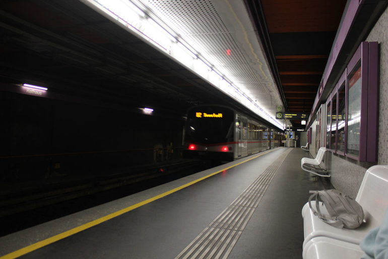 фото тактильної доріжки у метро Лондона