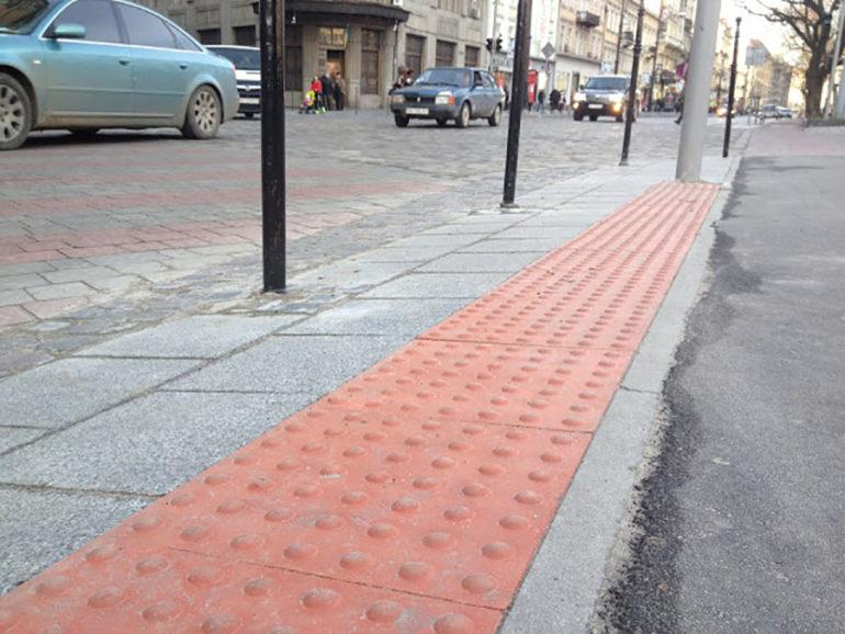 фото тактильної плитки у Львові