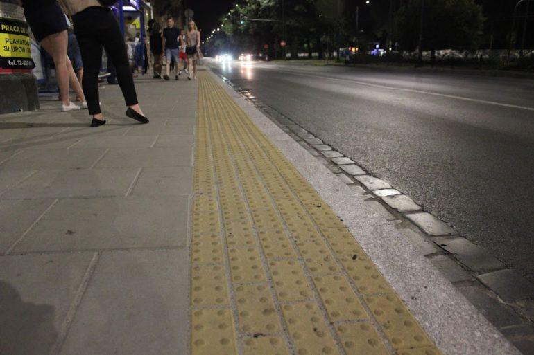Фото тактилька доріжка біля зупинки громадського транспорту в Кракові